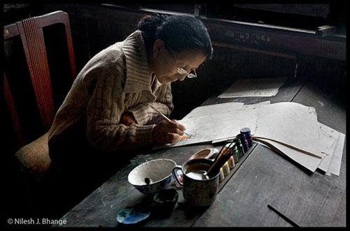 anciana india escribiendo