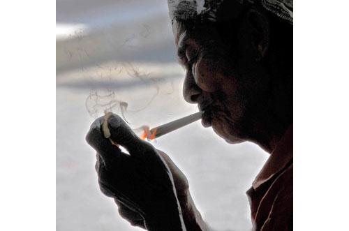 anciana indonesia fumando