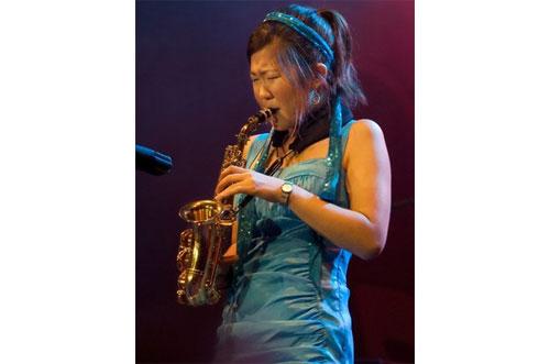 mujer oriental saxofon