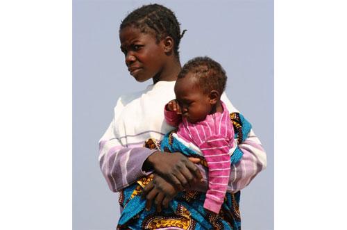 mujer y bebe africanos